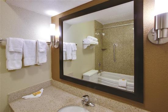 La Quinta Inn Wytheville: Guest room bath vanity