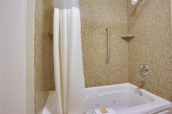 La Quinta Inn Wytheville: Guest room bath