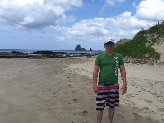 Matilda's: vista desde playa aledaña hacia la aleta de tiburon que es la roca que sobresale en el mar