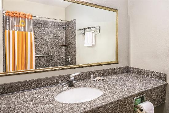 La Quinta Inn & Suites Mercedes: Guest room