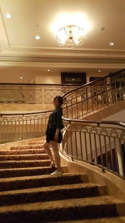 Indochine Palace: 1ᆞ친절했던 호텔직원들 2ᆞ애들 뒷쪽으로 보이는  직접연주하는 음악 3ᆞ칵테일과 피자시켜먹으며  음악감상 4ᆞ영어를 무척잘했던 Tu 와  한컷 5ᆞ호텔이  왕실컨셉이