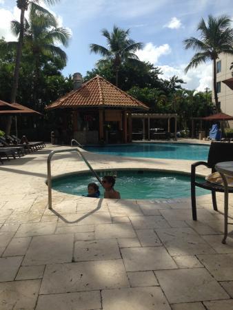 Hampton Inn & Suites San Juan: Pool and pool bar