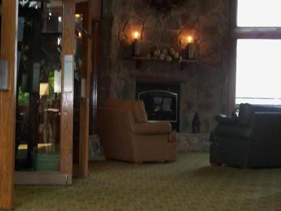 Pipestem, เวสต์เวอร์จิเนีย: lobby and fireplace