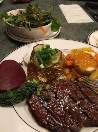 Duncan, Canadá: Steak dinner with baked potato and vegetable medley :-)