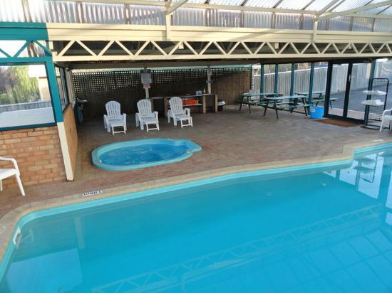 Sleepwell Motel : Indoor Heated Pool & Spa