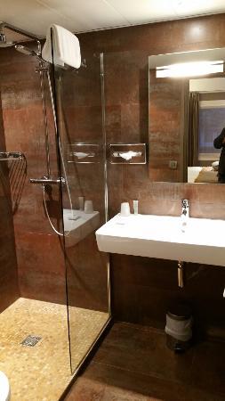 Hotel de Sevres: Hôtel très bon rapport qualité prix. Les + confort, propreté ,près de tout  Les - le bruit d'u