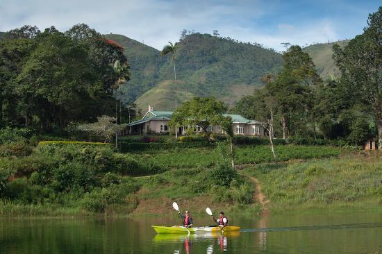 Ceylon Tea Trails - Relais & Chateaux: Tea Trails kayaking in front of Castlereagh bungalow