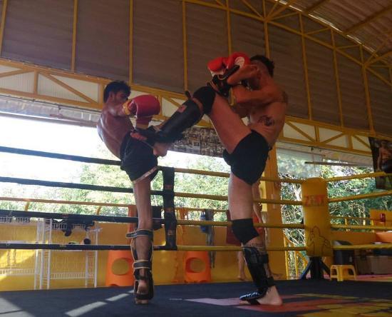 Chak Phong, Tailândia: mek kick