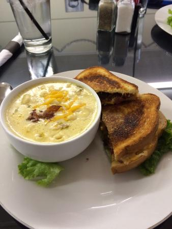 Boji Stone Cafe: Grilled pimento cheese with Mac and cheese soup