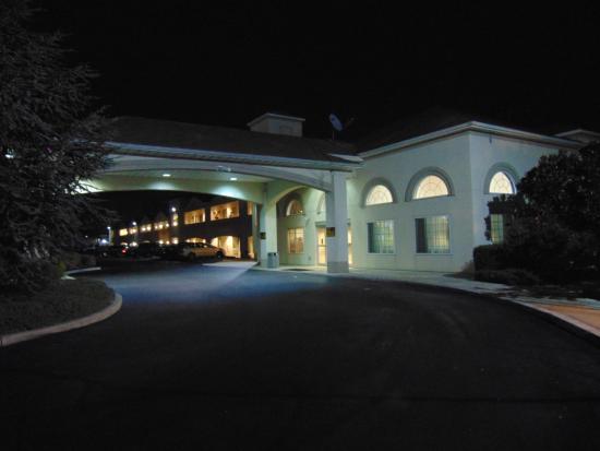 Days Inn & Suites Cherry Hill - Philadelphia: Evening view