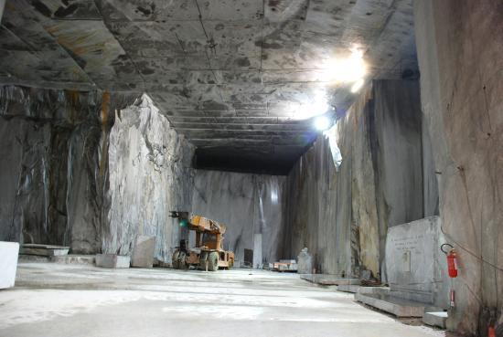 Cava di fantiscritti acrrara picture of marble caves of for Marmo di carrara prezzo