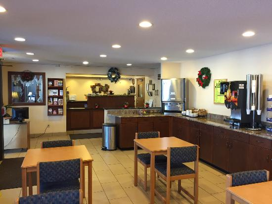 Americas Best Value Inn Grand Forks: Lobby & Sitting Area