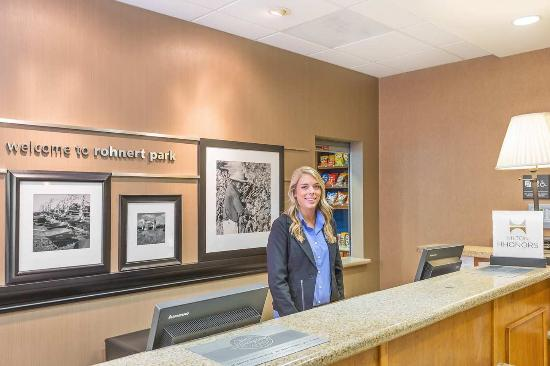Hampton Inn & Suites Rohnert Park - Sonoma County: Front Desk