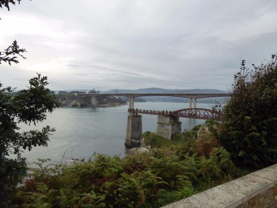 """Vilela Ribadeo, España: Muelle """"O Cargadoiro"""" y Puente de los Santos sobre el río Eo."""