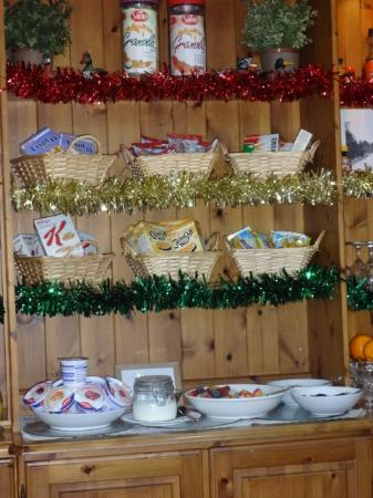 Fritton, UK: The Dresser with Breakfast Items