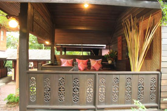 Saraphi, Thailandia: Balcony at Superior Thai House