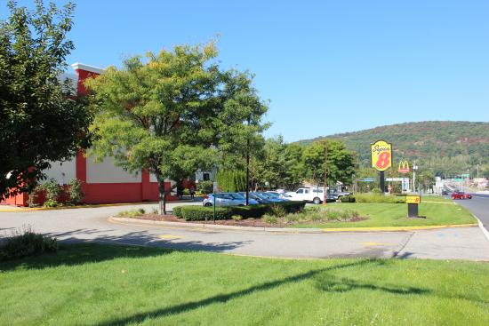 Super 8 Mahwah: The front side seen along Route 17