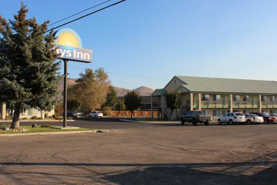 Days Inn Carson City: The parkig, the hotel builing, and at the left handside the reception / breakfast building,