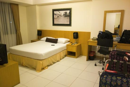 Mookai Suites: The first room - with no working air-con. HOT HOT HOT