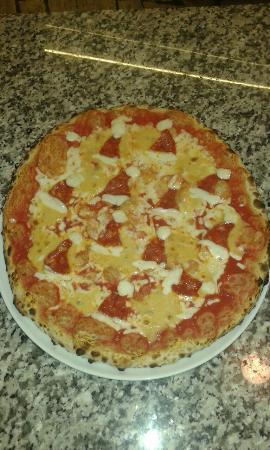 Castel San Gimignano, Italia: Pizza i cappelli di babbo Natale con pomodoro mozzarella quattro formaggi e salamino