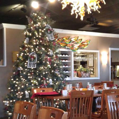 Bill's Seafood Restaurant : Festive interior