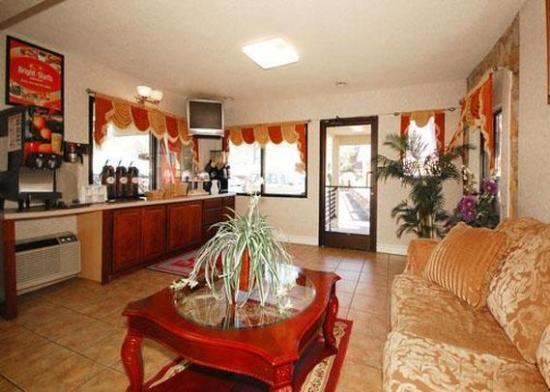 Econo Lodge Inn & Suites: Restaurant