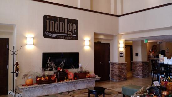 The Oaks Hotel: Main lobby with fireplace