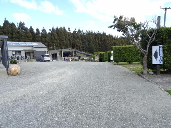 Fiordland Great Views Holiday Park: Grounds and park sites.