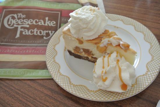The Cheesecake Factory: マカダミアナッツキャラメルチーズケーキ