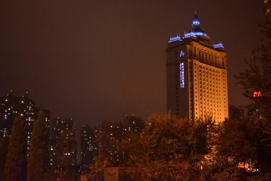Cangzhou, China: Вид на отель за рекой.