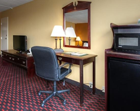 Days Inn Easton: Desk Area