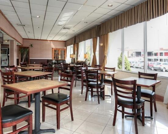 Days Inn Easton: Breakfast Seating Area