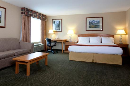 Vernon, Canada: Presidential Suite: King bed, fireplace, fridge & microwave.
