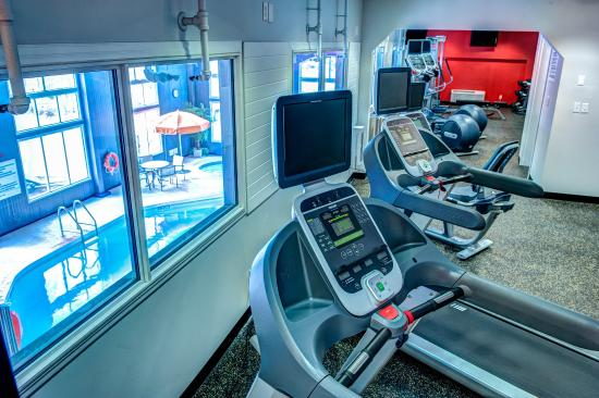 Radisson Hotel & Suites Fort McMurray : Fitness Centre with view of Pool