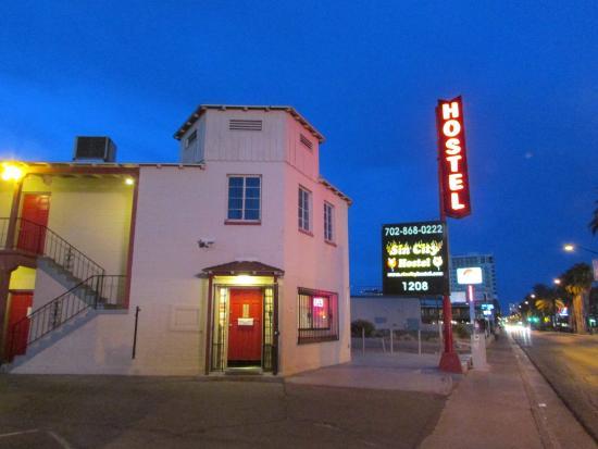 Sin City Hostel: Отель снаружи
