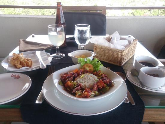 Ladyhill Restaurant: Devilled Chicken and a glass of Lion Ginger Beer
