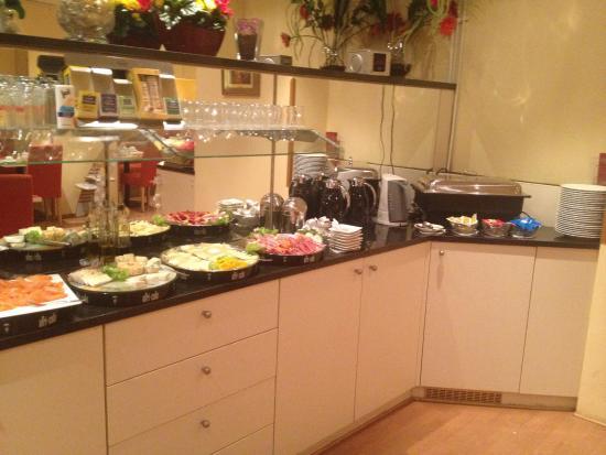 Select Falk Suite Hotel : Завтрак