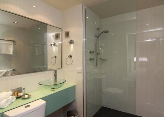 Quality Hotel Gateway: Club Bathroom