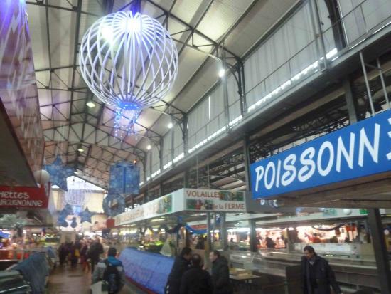 Seine-Saint-Denis, Francia: intérieur du marché le jour de noël