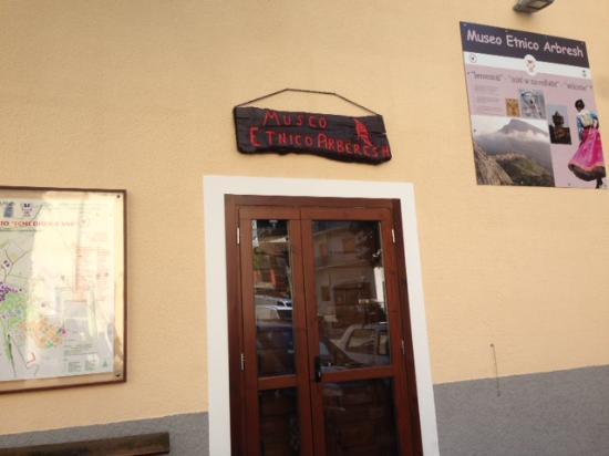 Civita, Italy: かわいらしい入り口
