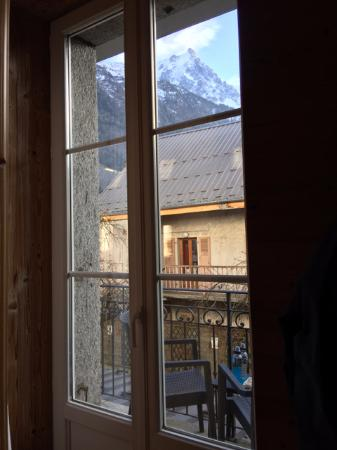 Hotel Les Cretes Blanches: A view of the Mont Blanc and the Alps from bed.