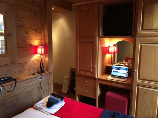 Hotel Les Cretes Blanches: Standard room with wardrobe and desk space.