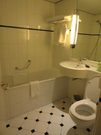 Salle de bain avec baignoire - Picture of Novotel Amsterdam City ...
