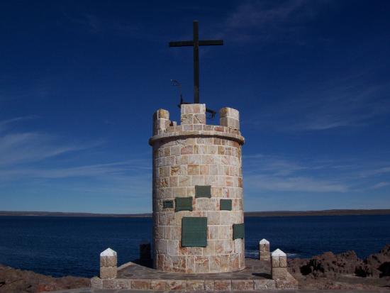 Camarones, Argentina: Monumento localizado en la plazoleta