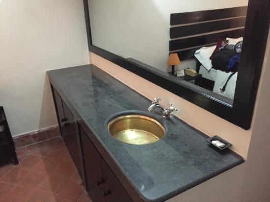 Thorong Peak Guest House: ベット脇の洗面台