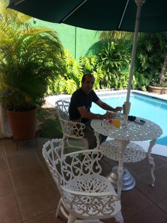 Hotel El Almendro Managua: breakfast at the pool side