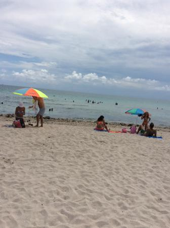 Ocean Reef Suites: Playa cercana