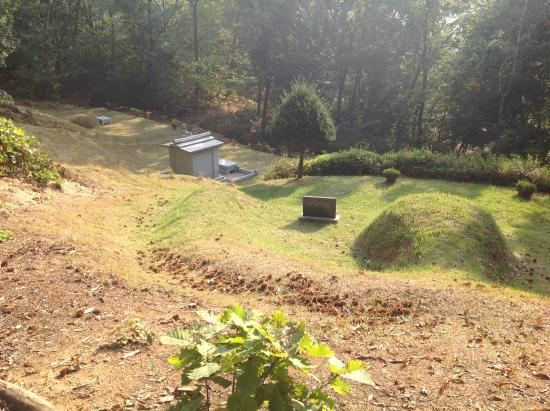 Pyeongtaek, Zuid-Korea: burial areas along the trail