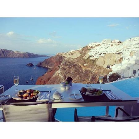 Katikies Hotel: プールサイドで食べる朝食。