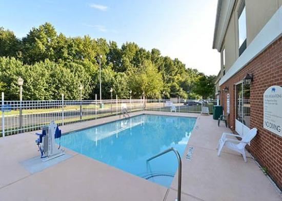 Quality Inn & Suites Decatur - Atlanta East: Pool